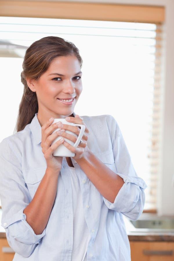 Retrato de una mujer que sostiene una taza de té imagen de archivo libre de regalías