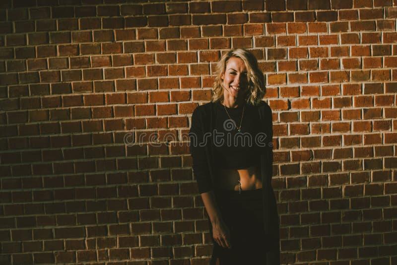 Retrato de una mujer rubia feliz fotos de archivo libres de regalías