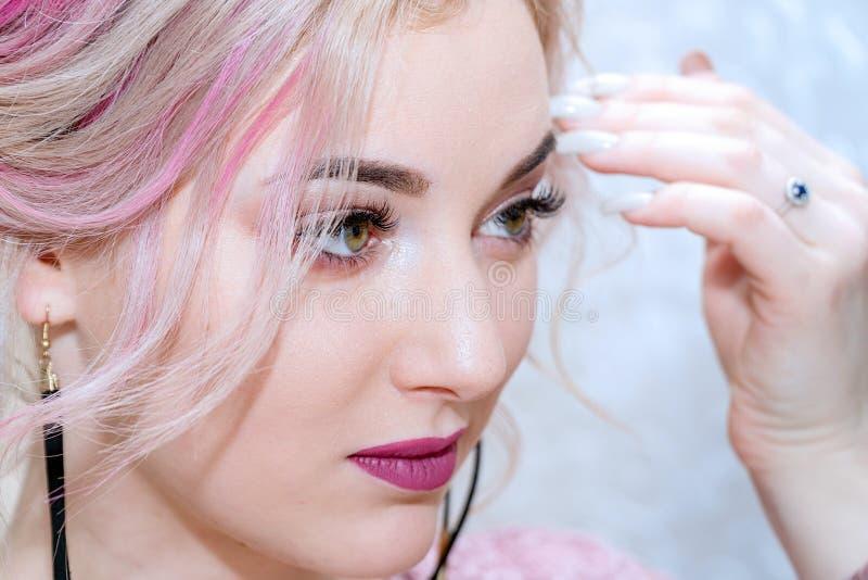 Retrato de una mujer rubia hermosa joven fotos de archivo