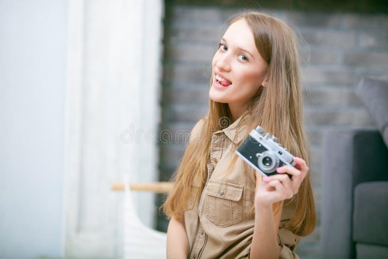 Retrato de una mujer rubia joven hermosa con una cámara, forma de vida fotos de archivo libres de regalías