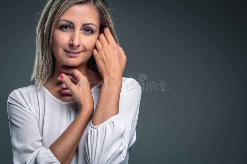 Retrato de una mujer rubia, joven muy atractiva fotografía de archivo