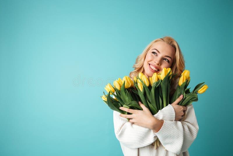 Retrato de una mujer rubia joven sonriente imágenes de archivo libres de regalías