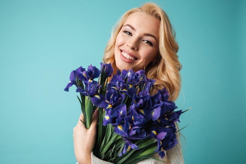 Retrato de una mujer rubia joven sonriente en suéter imagen de archivo libre de regalías