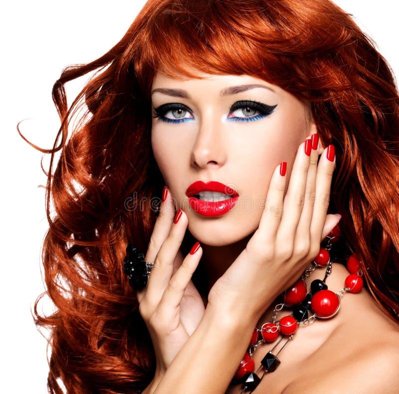 Retrato de una mujer sensual hermosa con los pelos rojos largos imágenes de archivo libres de regalías