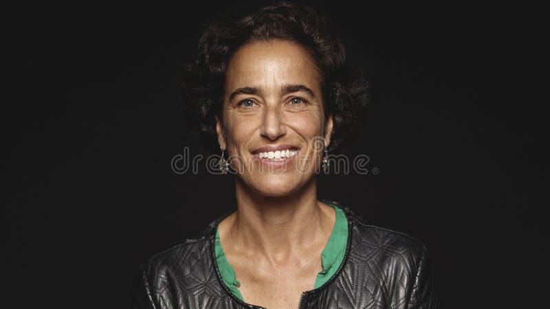 Retrato de una mujer sonriente imagenes de archivo