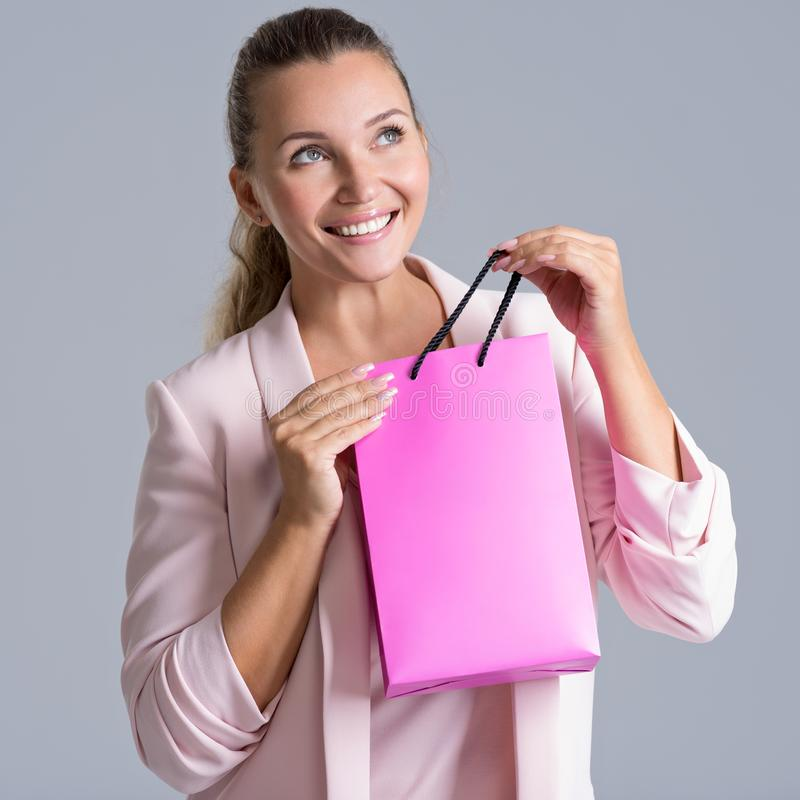 Retrato de una mujer sonriente feliz con el panier rosado foto de archivo libre de regalías