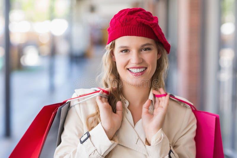 Retrato de una mujer sonriente feliz con los panieres fotos de archivo libres de regalías