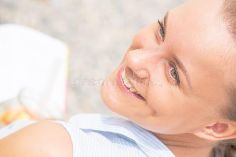 Retrato de una mujer sonriente hermosa imagen de archivo