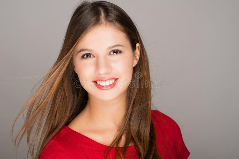 Retrato de una mujer sonriente joven imágenes de archivo libres de regalías