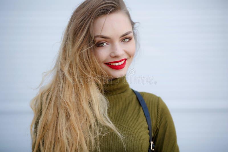 Retrato de una mujer sonriente joven al aire libre Cara feliz, primer Muchacha del verano Mujer adulta joven feliz que sonr?e con fotografía de archivo