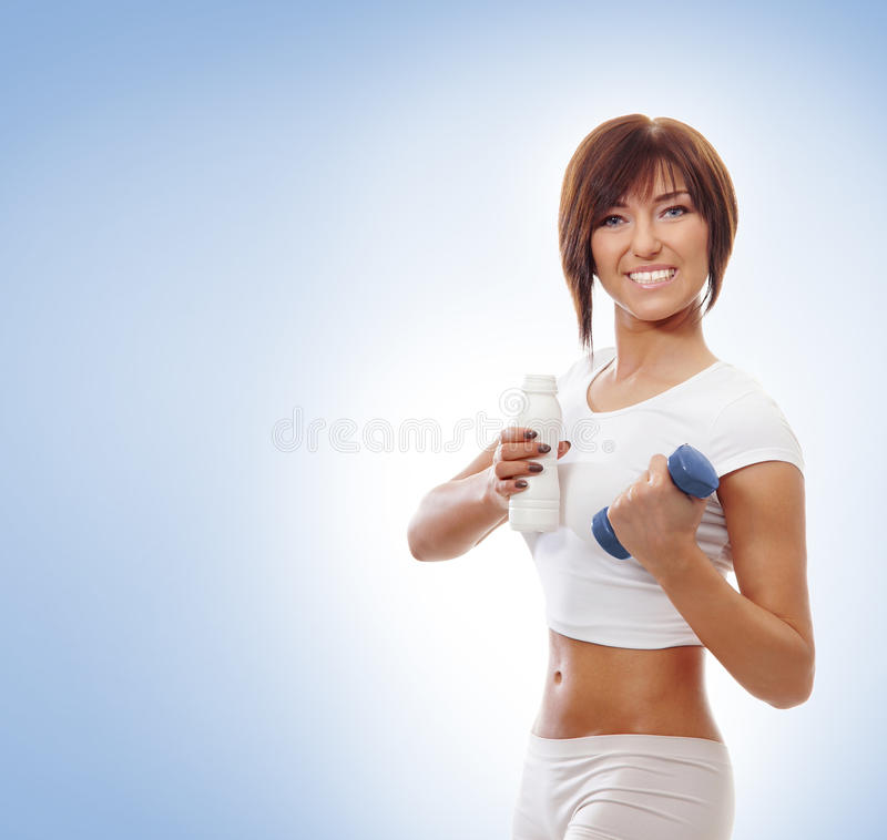 Retrato de una mujer triguena que lleva a cabo una pesa de gimnasia imagen de archivo libre de regalías