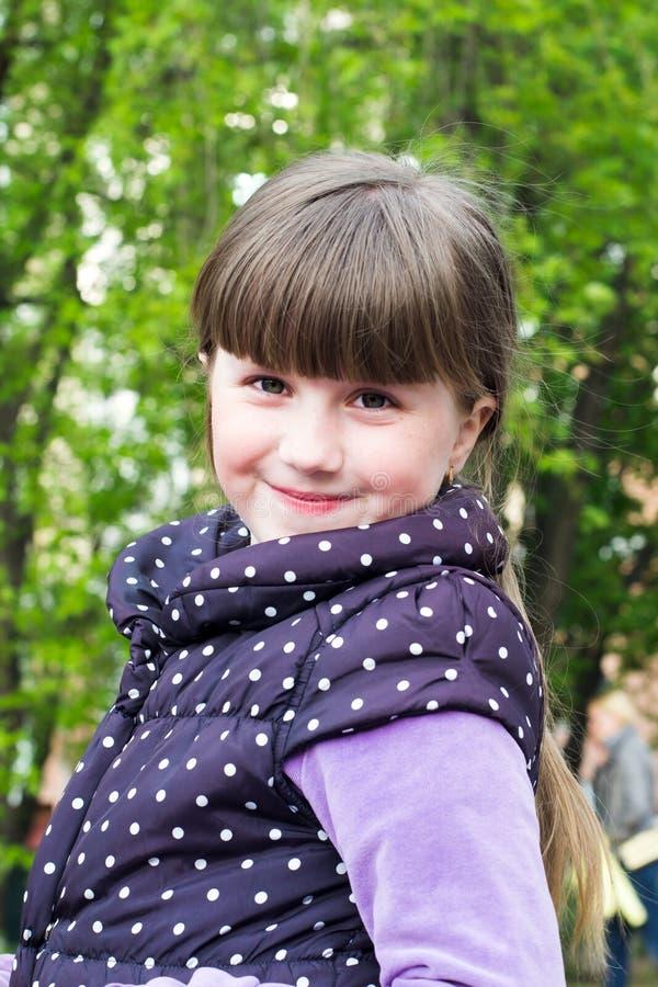 Retrato de una niña alegre fotografía de archivo libre de regalías