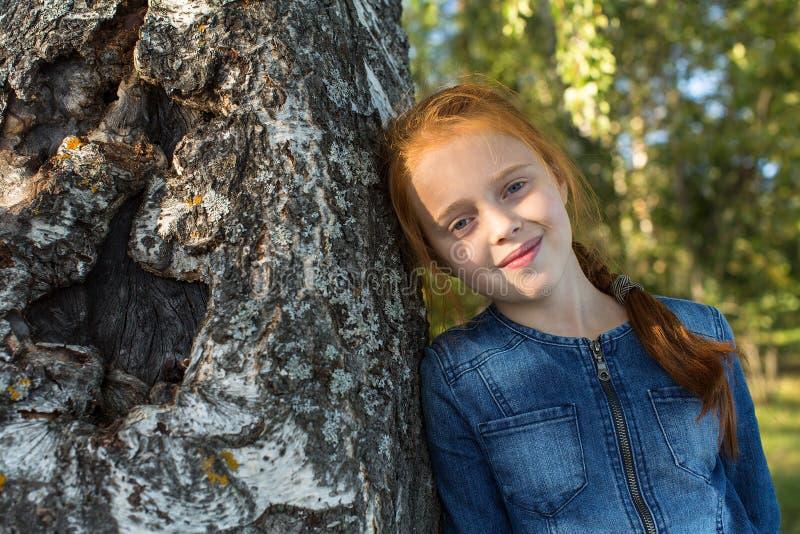 Retrato de una niña cerca del árbol El caminar fotografía de archivo libre de regalías