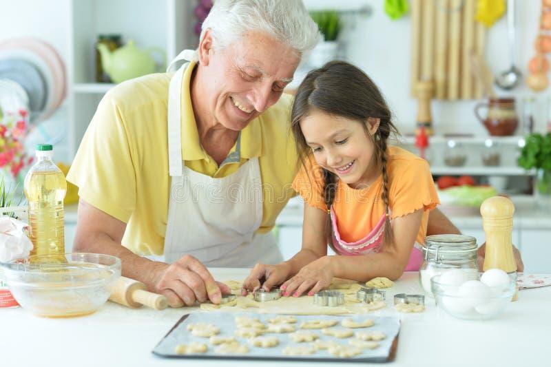 Retrato de una niña con abuelo imagen de archivo libre de regalías