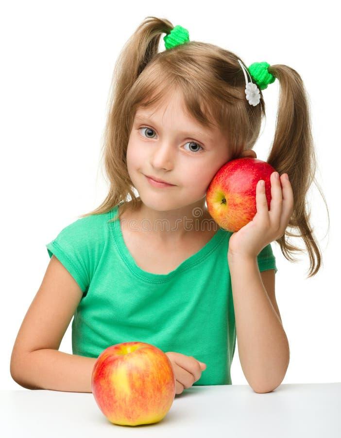Retrato de una niña con dos manzanas imagen de archivo libre de regalías