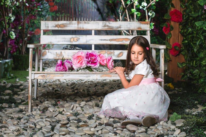 Retrato de una niña en el jardín fotos de archivo