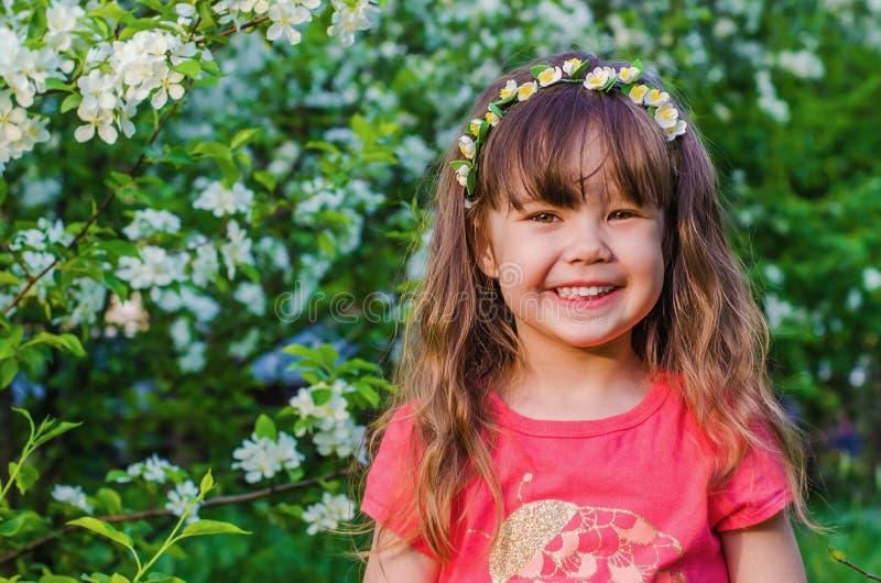 Retrato de una niña en el manzanar imagenes de archivo