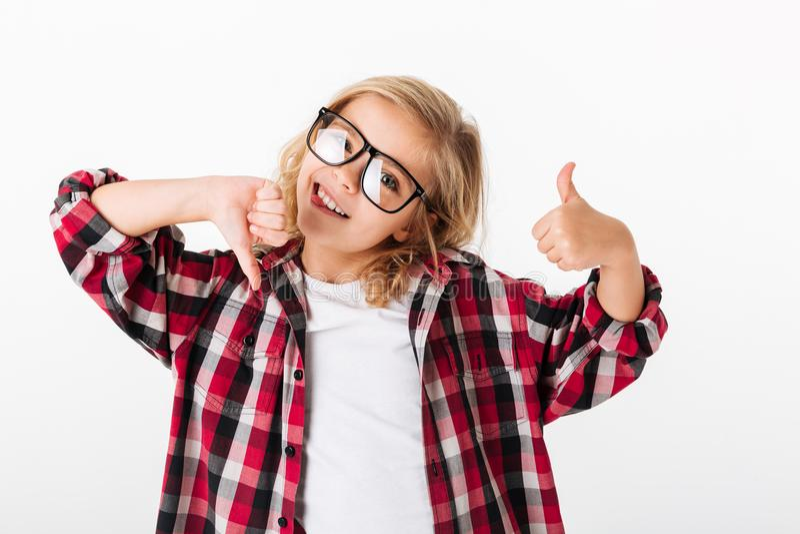 Retrato de una niña en las lentes que muestran los pulgares para arriba imagen de archivo libre de regalías