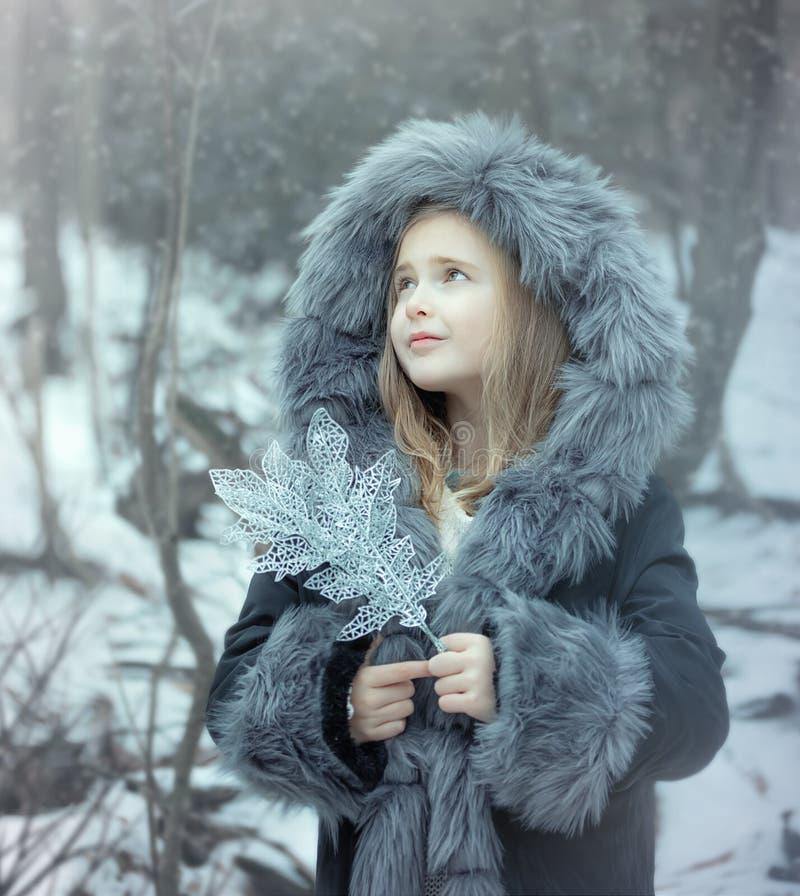 Retrato de una niña en una piel imagenes de archivo