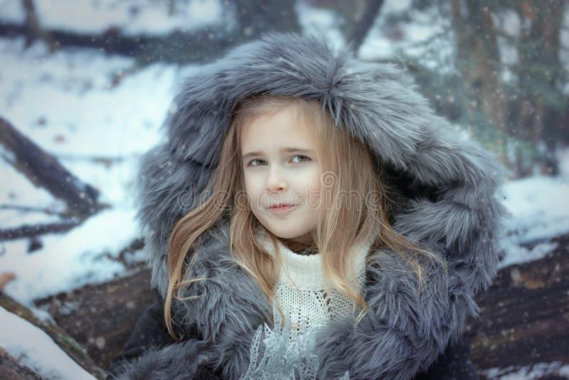 Retrato de una niña en una piel fotografía de archivo libre de regalías