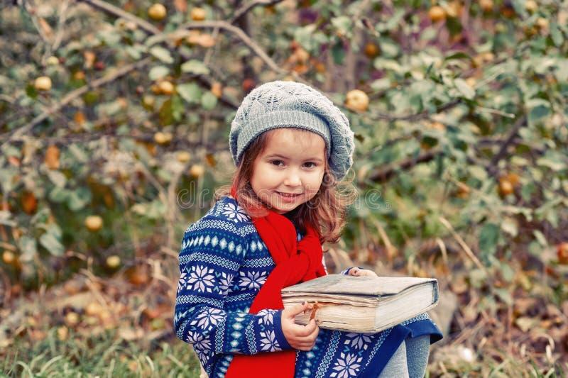 Retrato de una niña en un día del otoño fotos de archivo libres de regalías