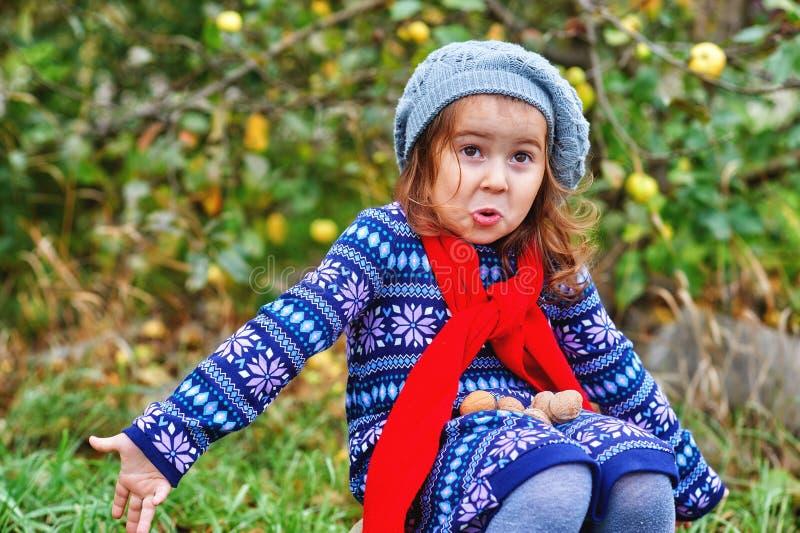 Retrato de una niña en un día del otoño imágenes de archivo libres de regalías