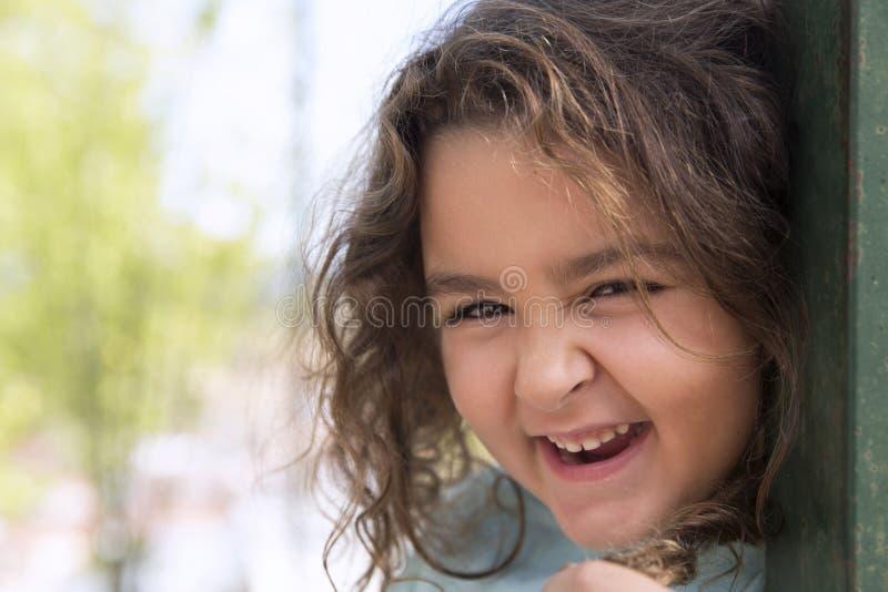 Retrato de una niña feliz imagen de archivo