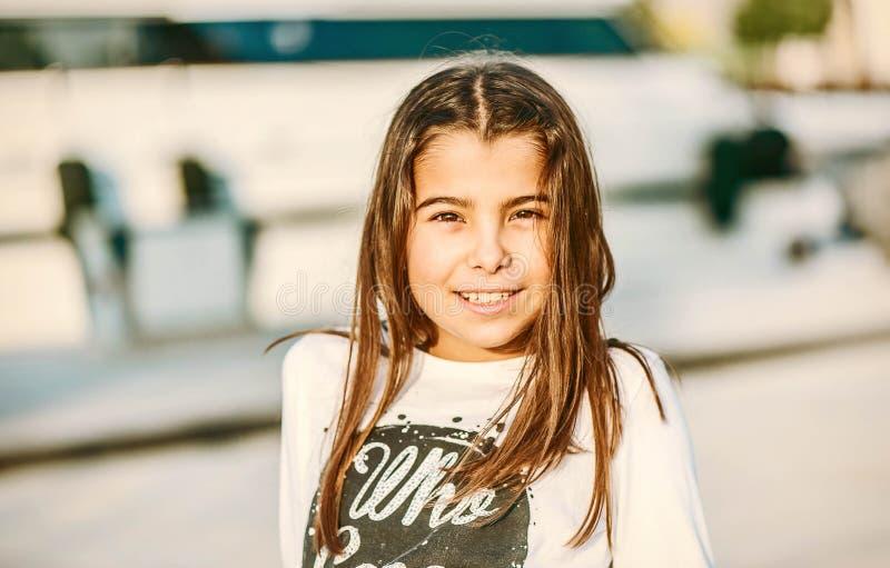 Retrato de una niña feliz hermosa que sonríe y que mira imagenes de archivo