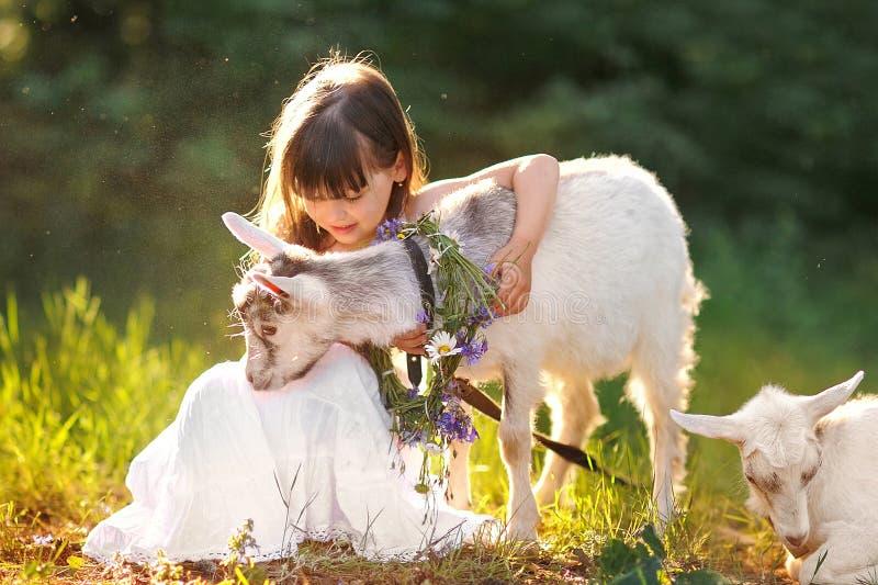 Retrato de una niña hermosa imagenes de archivo