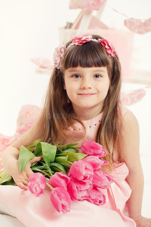 Retrato De Una Niña Hermosa Con Las Flores Foto de archivo