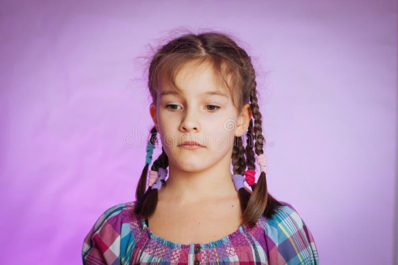 retrato de una niña pequeña con un aspecto triste y pensivo fotos de archivo libres de regalías