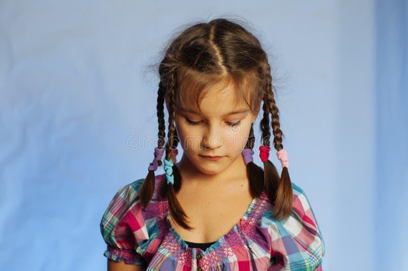 retrato de una niña pequeña con un aspecto triste y pensivo imágenes de archivo libres de regalías
