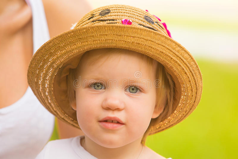 Retrato de una niña pequeña linda en un sombrero divertido imágenes de archivo libres de regalías