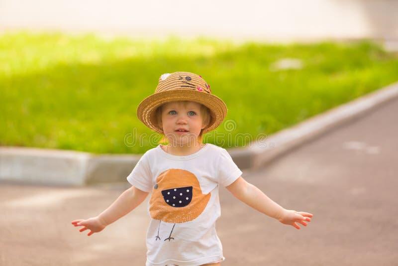 Retrato de una niña pequeña linda en un sombrero divertido imagenes de archivo