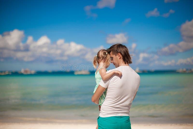 Retrato de una niña que abraza con el papá en fotos de archivo libres de regalías