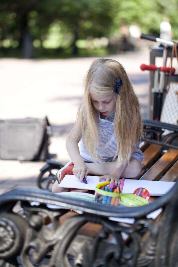 Retrato de una niña rubia hermosa tres años imágenes de archivo libres de regalías