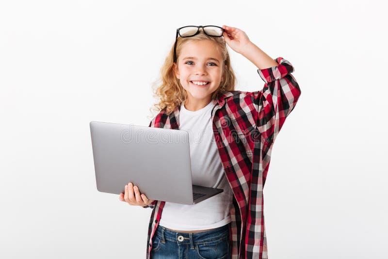 Retrato de una niña sonriente en lentes imagen de archivo
