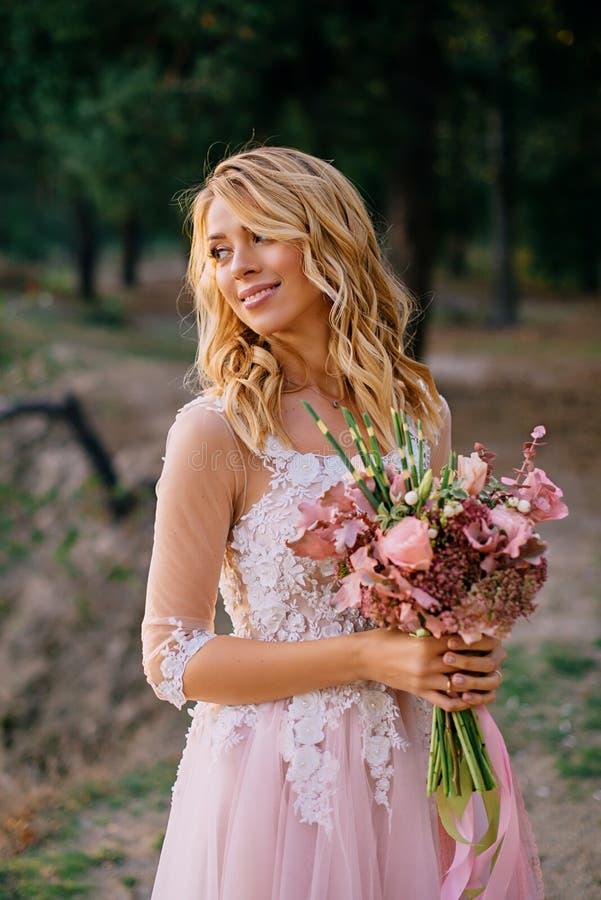 Retrato de una novia joven hermosa en el fondo de la naturaleza imágenes de archivo libres de regalías