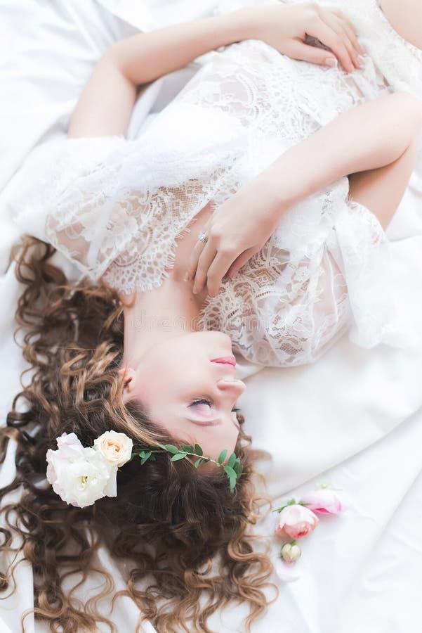 Retrato de una novia de la mañana que consigue lista foto de archivo libre de regalías