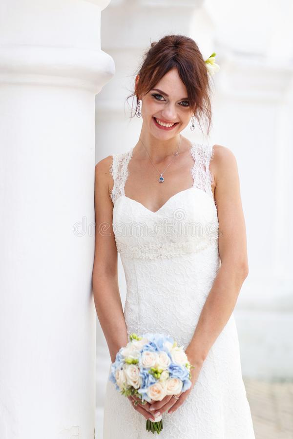 Retrato de una novia sonriente feliz en el vestido blanco del matrimonio foto de archivo
