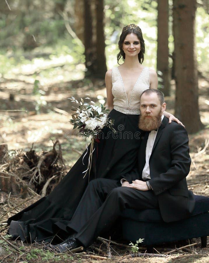 Retrato de una novia y de un novio en un bosque del pino fotos de archivo libres de regalías