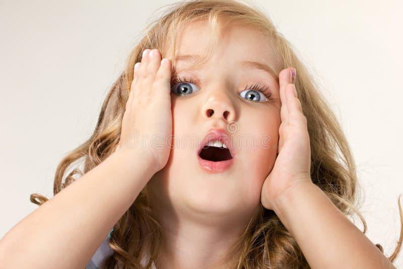 Retrato de una pequeña muchacha de ojos azules dada una sacudida eléctrica fotografía de archivo