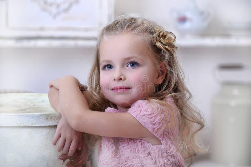 Retrato de una pequeña muchacha rubia foto de archivo