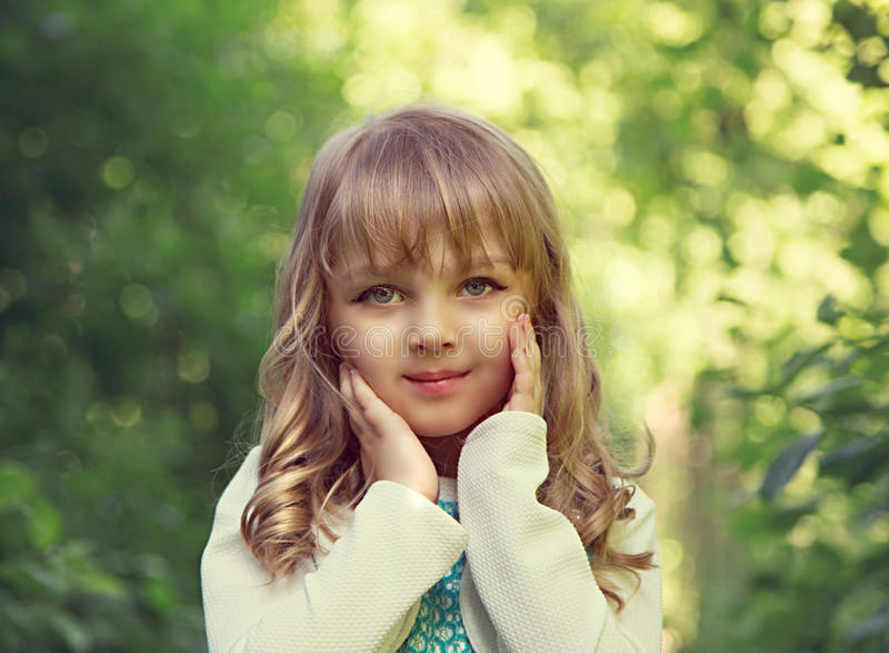 Retrato de una pequeña muchacha rubia hermosa con el globo verde adentro fotografía de archivo libre de regalías