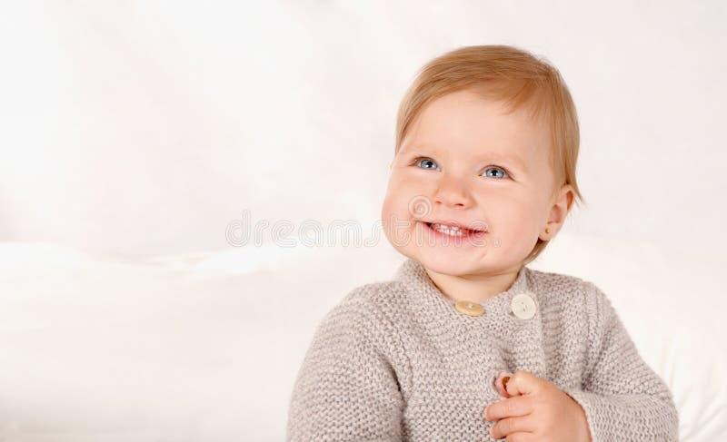Retrato de una pequeña muchacha sonriente en casa imágenes de archivo libres de regalías