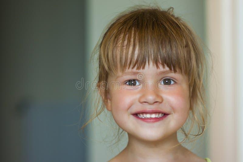 Retrato de una pequeña muchacha sonriente en fondo borroso fotos de archivo libres de regalías