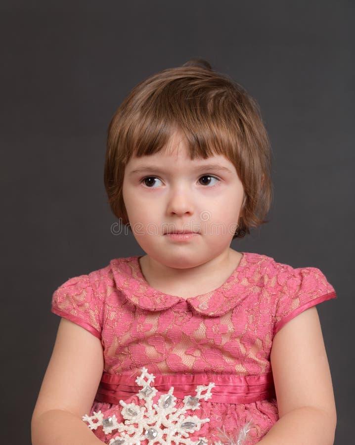 Retrato de una pequeña muchacha triste foto de archivo