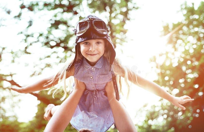 Retrato de una pequeña piloto-muchacha que vuela foto de archivo