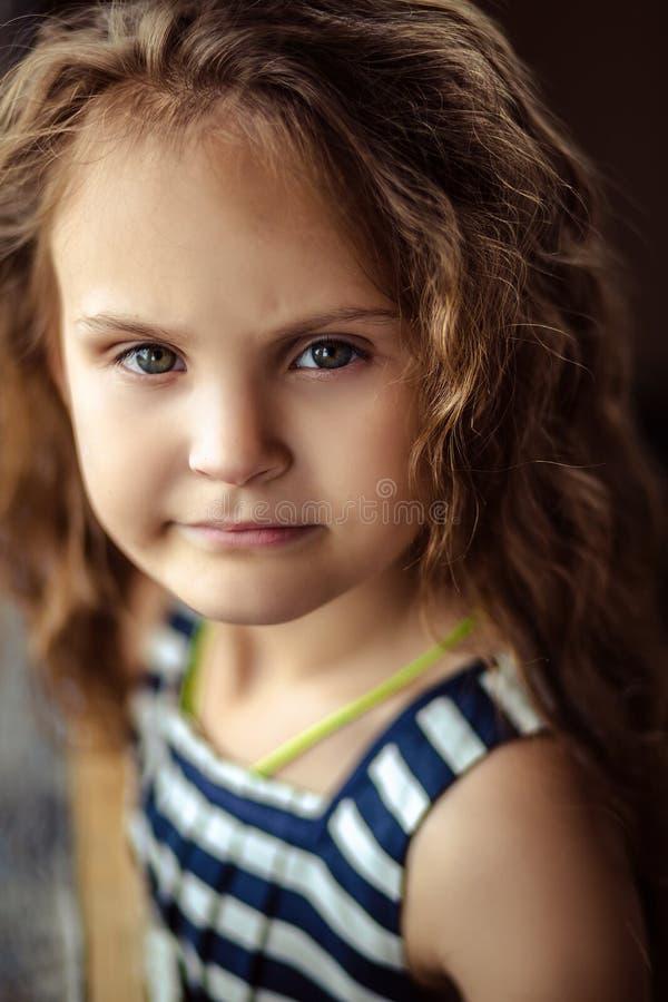 Retrato de una peque?a muchacha rizada fotografía de archivo