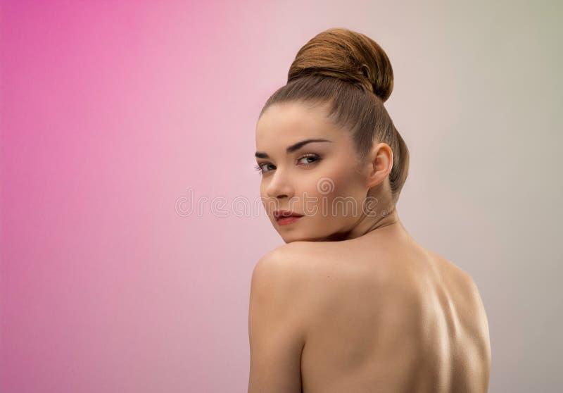 Retrato de una señora hermosa con la piel brillante encendido foto de archivo libre de regalías